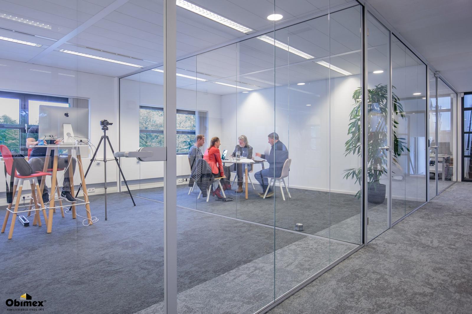 Kantoorinrichting glaswand vergaderruimte